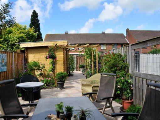 Achtertuin met tuinhuis in Oostzaan